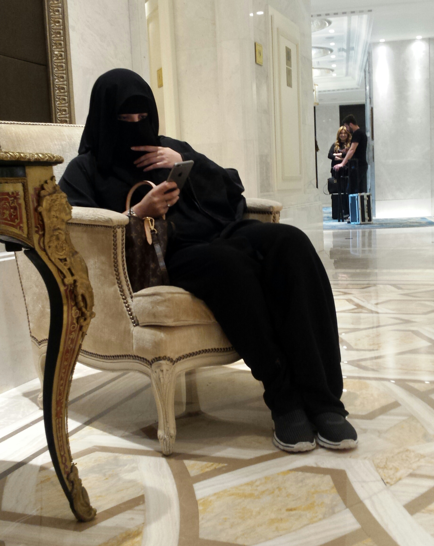 woman-in-burka-texting-shangri-la